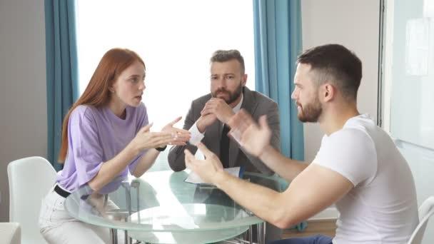 Junger kaukasischer Psychologe hört Paar beim Streit zu.
