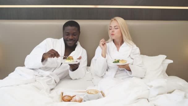 Roztomilý pár snídá v posteli