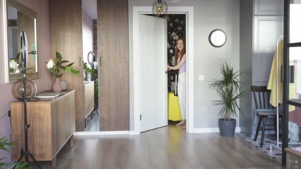Liebenswerte rothaarige Frau zog in neue Wohnung