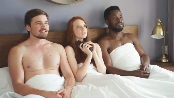 Paar mit komplizierter Affäre und Liebesdreieck im Schlafzimmer