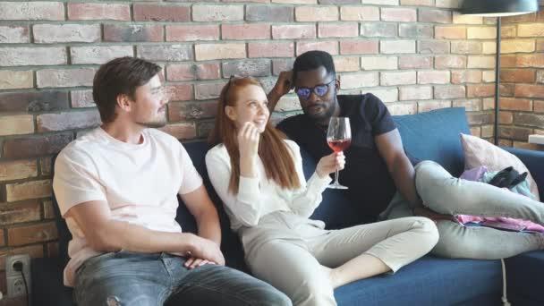 Drei unterschiedliche Menschen genießen die Zeit zu Hause
