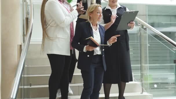 Dospělá buisness dáma dát pokyny pro různé zaměstnance, mladý přátelský pracovní tým ve formálním oblečení diskutovat