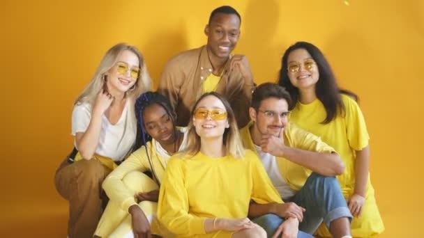 Veselá pozitivní skupina mladých lidí různých národností pózujících společně před kamerou. Rozmanitost lidí