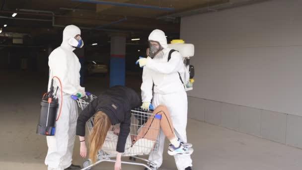 Dezinfektoři pomáhají infikovaným lidem, profesionální týmy pro dezinfekci