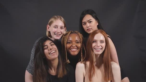 Junge attraktive Frauen, gemischte Gruppe von Models posiert, lacht.