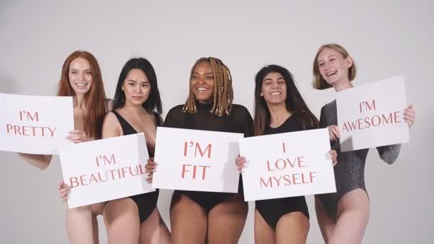 Optimista fiatal modellek különböző testméretben a pozitív testhez.