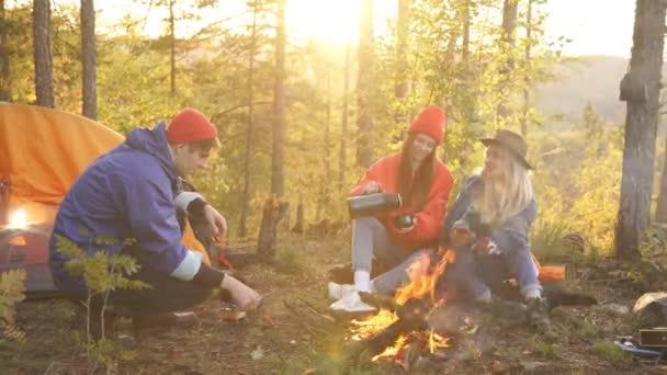 Gyönyörű fiatalok tábort vertek..