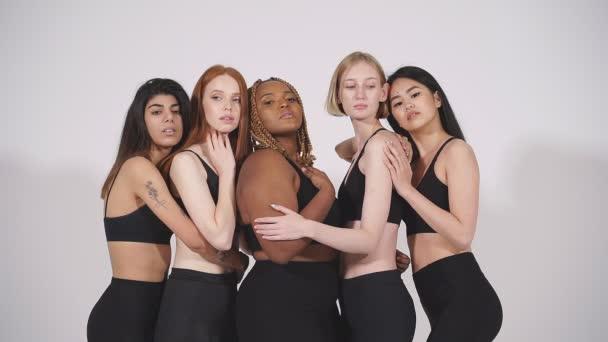 Tolerante internationale Gruppe von Models versammelt posiert vor der Kamera.