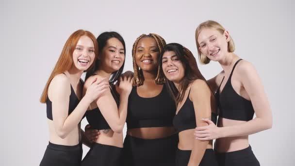 Nadváha africká žena plus velikost modelu mezi štíhlé hubené asijské a kavkazské dámy.