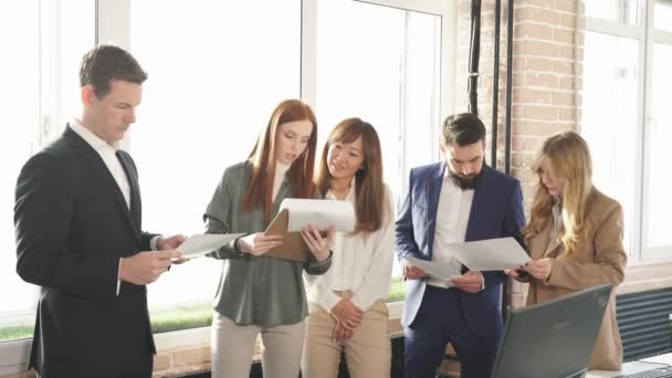Mladý mezinárodní tým obchodních partnerů má čas na brainstorm, spolupráci.
