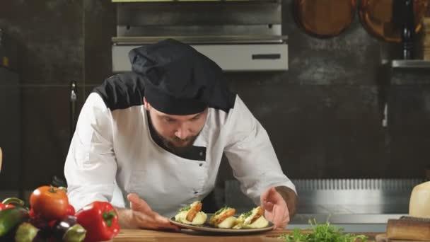 Příjemný kuchař reprezentující chutné krásně zdobené jídlo v mistrovské třídě vaření