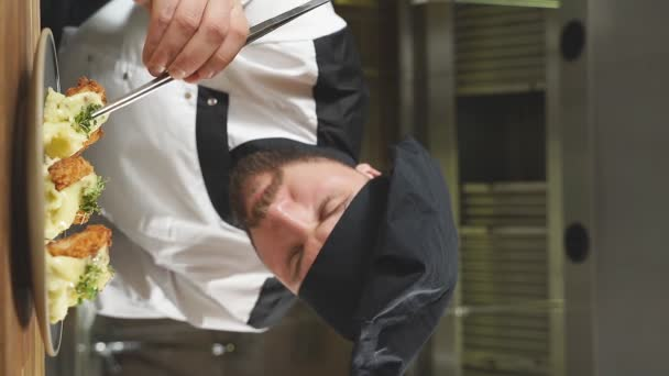 Chef Dressing Salat mit frischem Gemüse, den letzten Schliff auf Gericht hinzufügen.