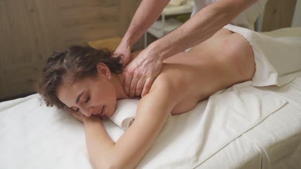 Problémy ženského těla.Zdravá masáž pro mladou uvolněnou ženu ve wellness centru. Dokonalá kůže