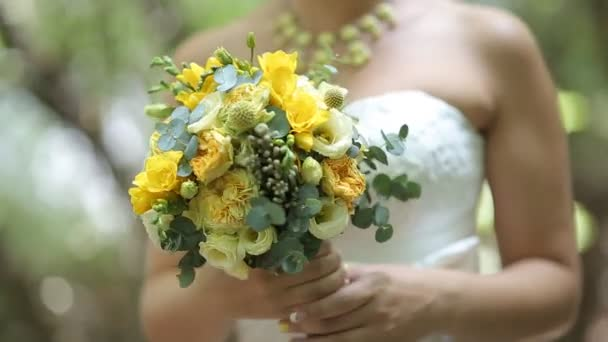 Svatební kytice v ruce nevěsty