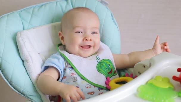 boldog gyermek evett, és nevet