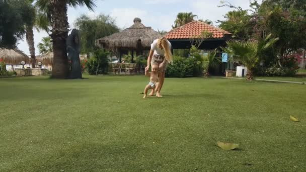 Baby první kroky na trávě