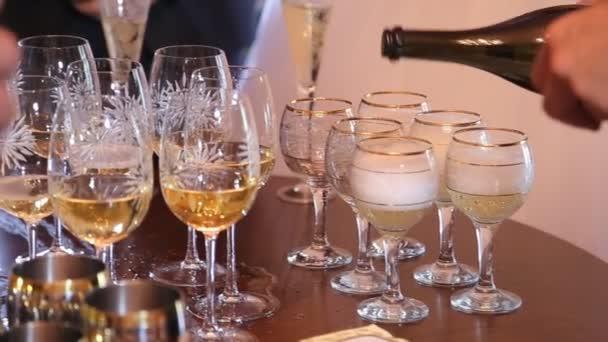 pour champagne into glasses