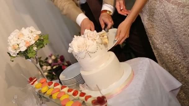 la coppia taglia la torta nuziale