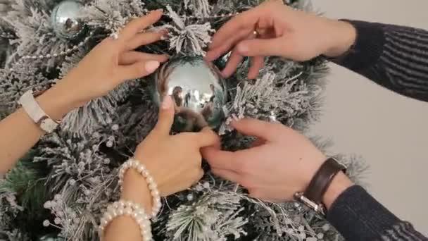 Šťastný rodinný pár zdobení stromu nový rok společně