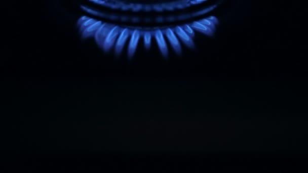 blaue Gasflamme, vertikale Bewegung.