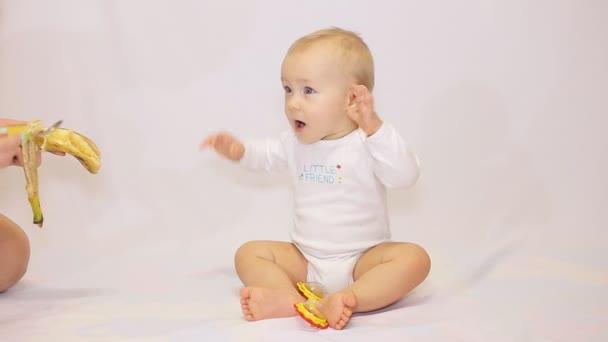 Szép kis baba, fehér alapon