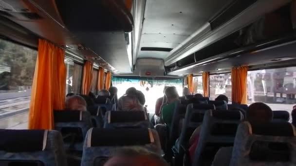 Orosz turisták lovagolni a busz