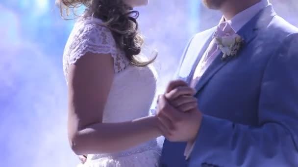 Nevěsta a ženich tančí valčík