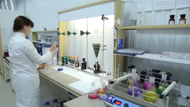 Mladá žena výzkumník v laboratoři