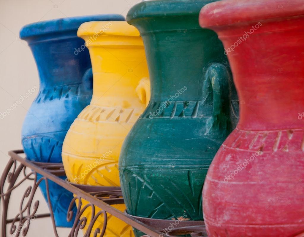 Vasi di terracotta colorata in un bidone della spazzatura for Vasi in cotto prezzi