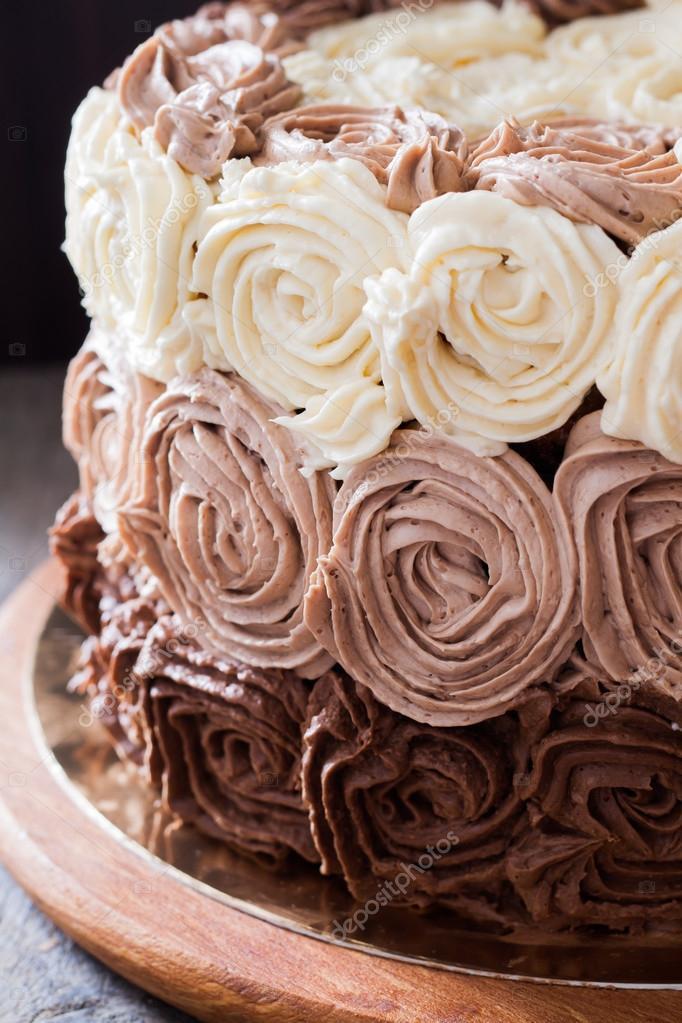 Torta Di Compleanno Decorata Con Tre Rose Di Crema Al Cioccolato