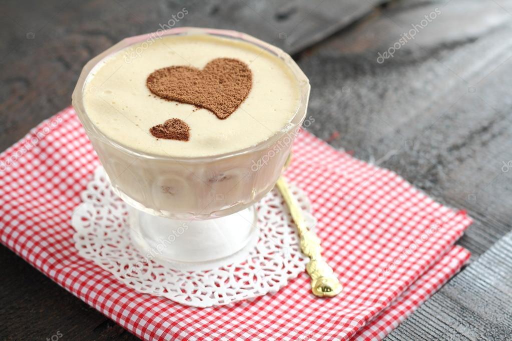 servindo tiramisu de sobremesa com coração de decoração — Stock on