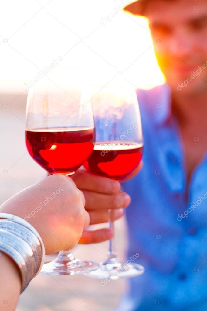 Weingläser Rot nahaufnahme der zwei menschen mit weingläser rot wein während