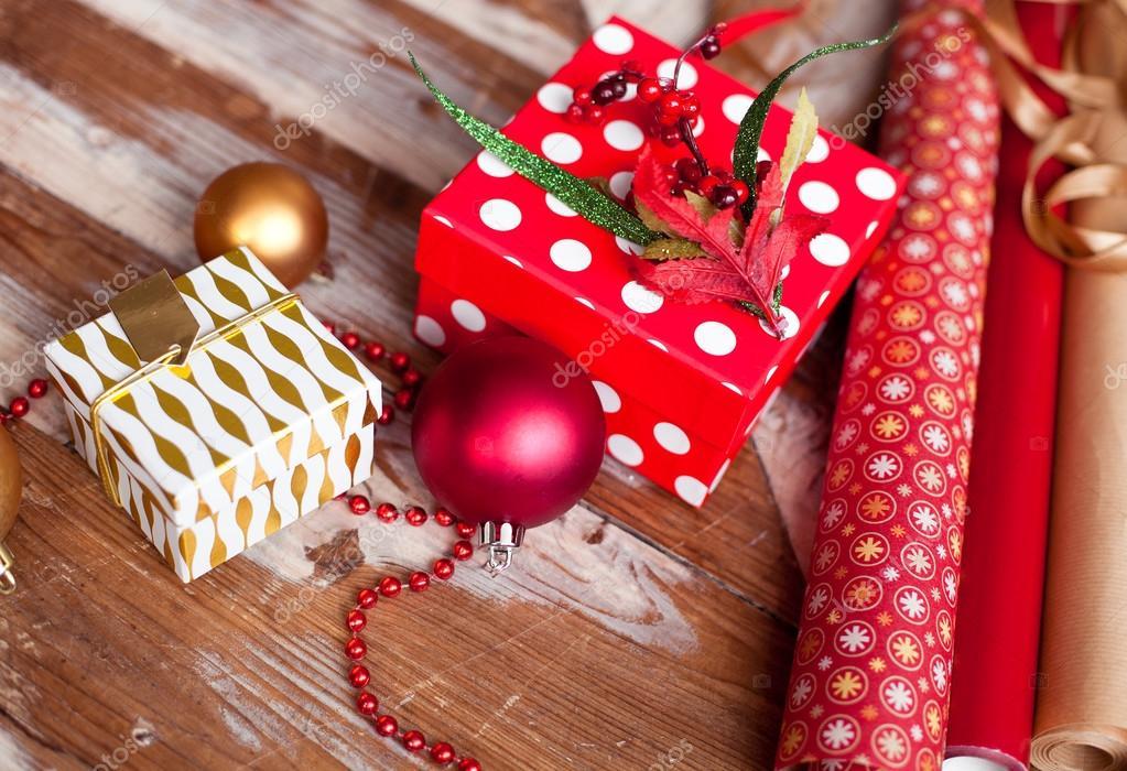 Rollen von Weihnachten Geschenkpapier mit Bänder, Geschenke und ...