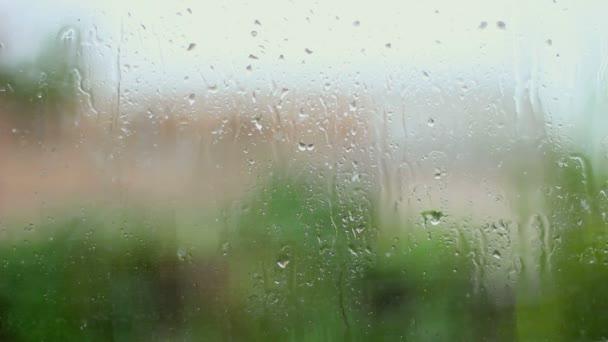 Eső és a víz csepp eső üveg eső vihar, közelről.