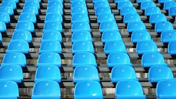 Sportovní stadion sezení bez lidí, kteří sedí na pozadí modré židle