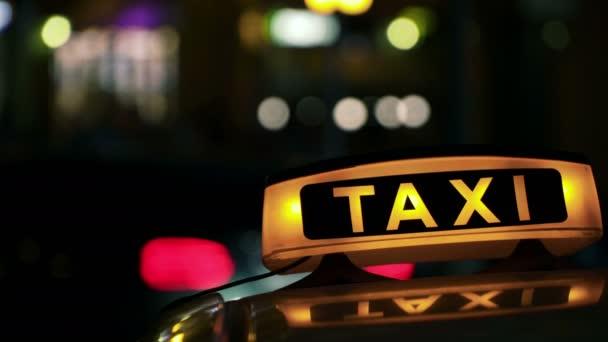 Osvětlené Sighn Taxi Cab rozmazané 4