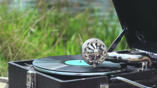 Spinning egy valódi gramofon a régi rekord. Retro stílusú