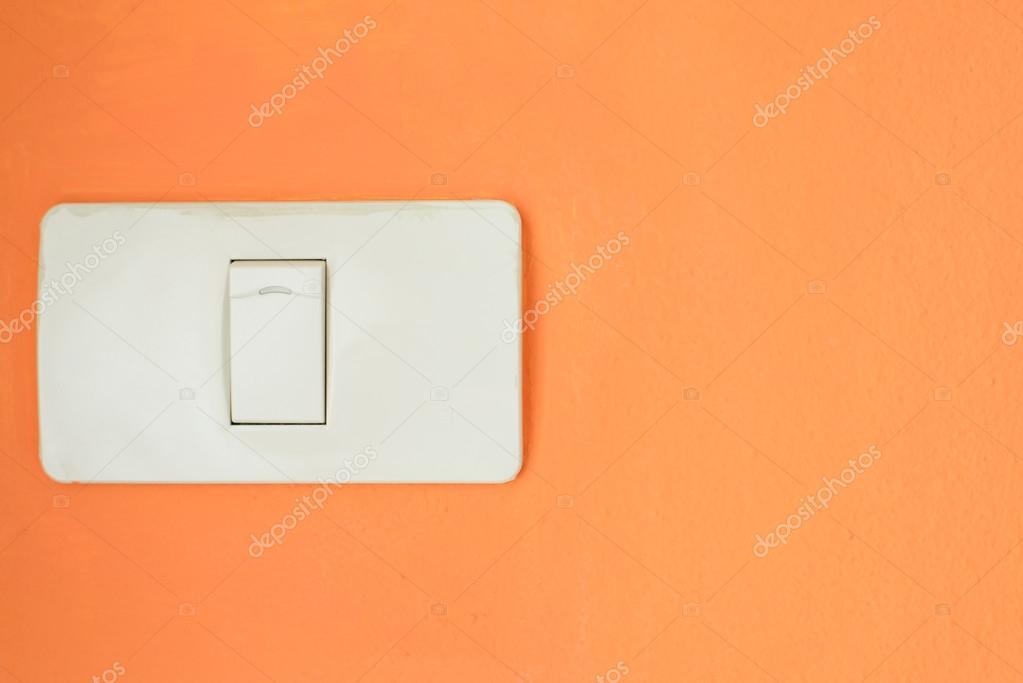 Weiße Lichtschalter, schalten oder schalten Sie das Licht auf orange ...