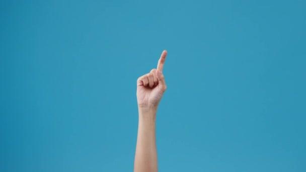 Frauenhände zählen von 1 bis 5 mit dem Finger isoliert über blauem Hintergrund im Studio. Kopieren Sie Platz für Text, Nachricht für Werbung. Werbe-Bereich, mock up Werbeinhalte. Nahaufnahme.