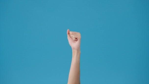 Junge Frau Hand zeigt Daumen nach oben Zeichen mit Fingern isoliert über blauem Hintergrund im Studio. Kopieren Sie Platz für einen Text, Nachricht für Werbung. Werbebereich, Attrappe von Werbeinhalten.