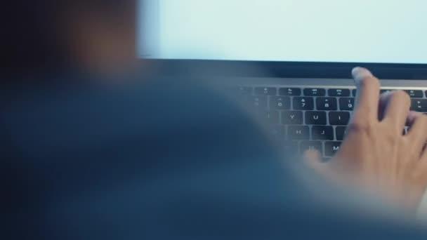 Die freiberufliche Asiatin arbeitet mit Laptop im heimischen Wohnzimmer. Nachts von zu Hause aus arbeiten, Arbeit aus der Ferne, Selbstisolierung, soziale Distanzierung, Quarantäne zur Vorbeugung gegen Coronaviren.