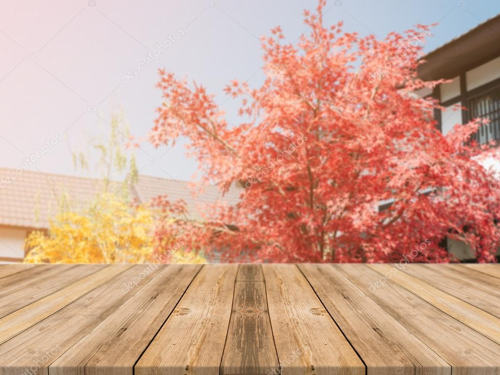 Holzbrett leeren Tisch vor unscharfen Hintergrund. Perspektive ...