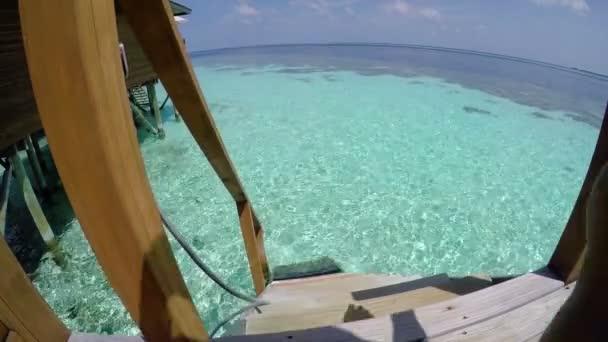 Mladý muž z pokoje do moře, přímořského letoviska na Maledivách