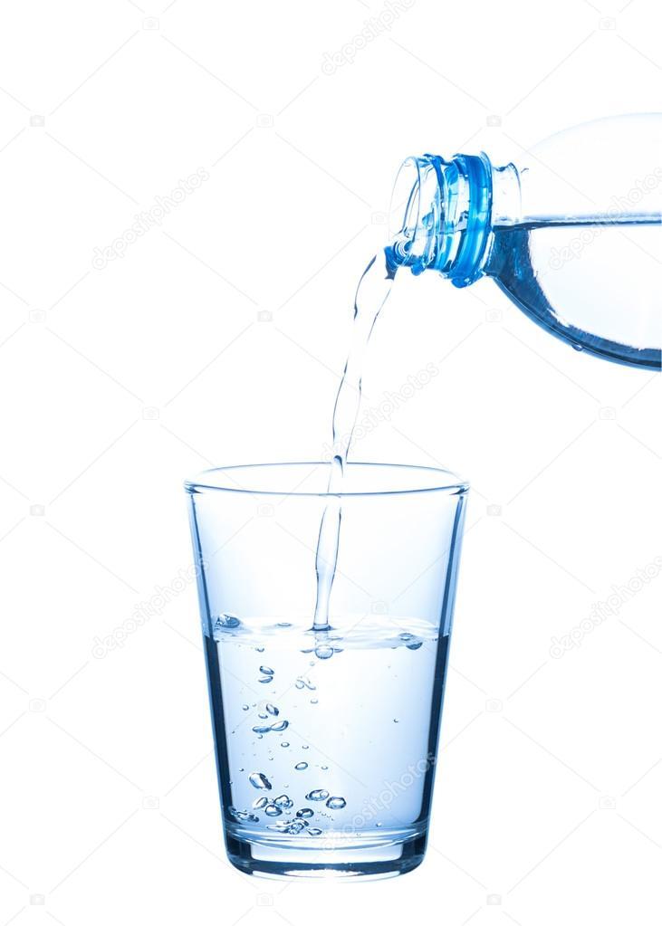 Картинка наливает воду в стакан в результате