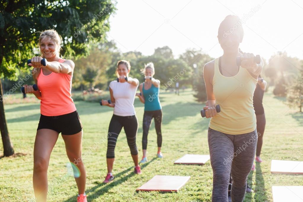 hermosas mujeres haciendo ejercicio al aire libre — Foto