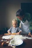 Fényképek Nagymama készül a karácsony cookie-k kis baker