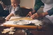 Fényképek Boldog kisfiú nagymama vágás karácsonyi sütik