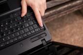 Fényképek Az ember az ESC billentyűt megnyomva a laptop
