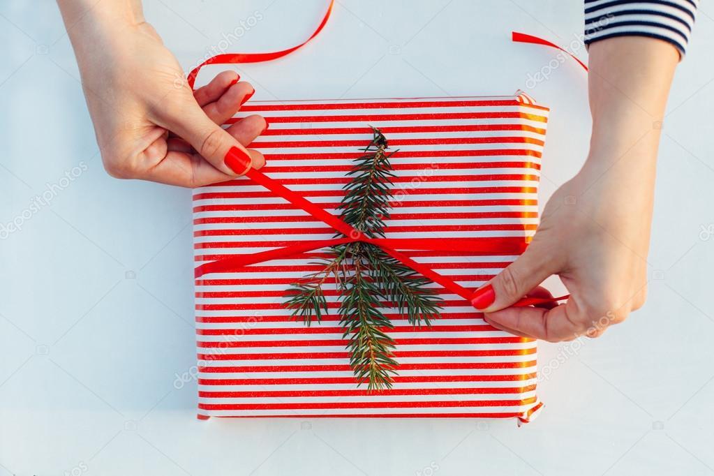 Envoltura de regalos Mujer de paquetes de regalos paso a paso