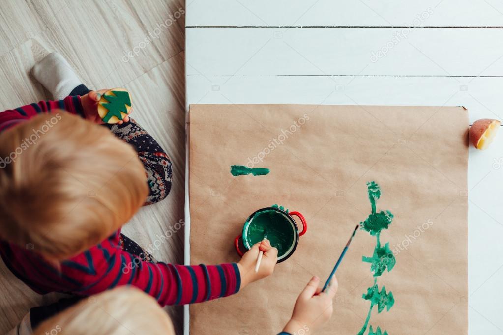 Niños dibujando un árbol de Navidad en papel clásico — Foto de stock ...